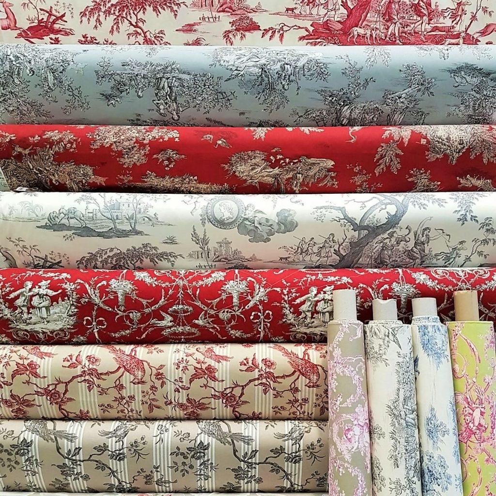 NEL NOSTRO SHOWROOM , TOILE DE JOUY MANIA ! Il bellissimo tessuto francese d' arredo disponibile in molte varianti.