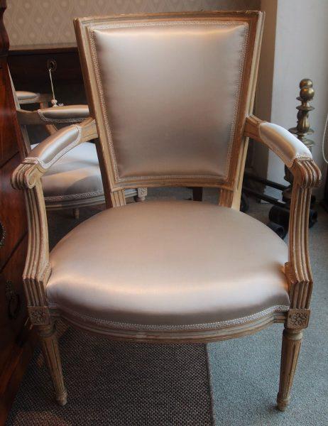poltroncina Napoleone III francese con laccatura originale, Tappezzata con tessuto di raso grigio perla.. euro 490,00