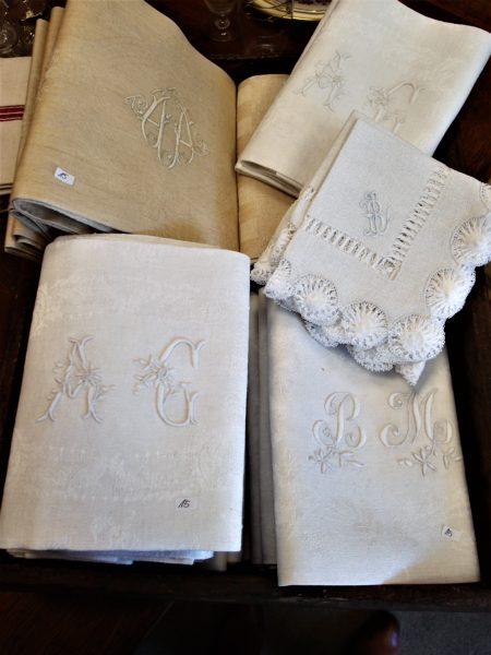 asciugamani cifrati con cifre ricamate a mano