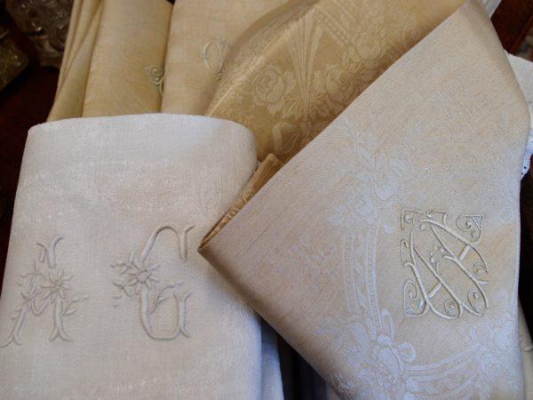 asciugamani con cifre ricamate