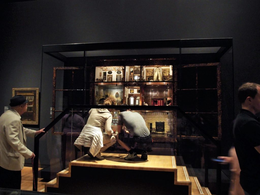 Piccola storia della casa delle bambole di petronella for Stanze ad amsterdam