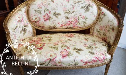 divano antico dorato francese con rose e peonie